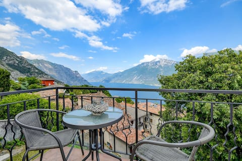 "Cozy ""Casa Doss"" with Beautiful View over Lake Garda & Wi-Fi"