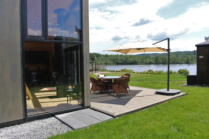 Ny og moderne hytte rett ved stranda på Nes