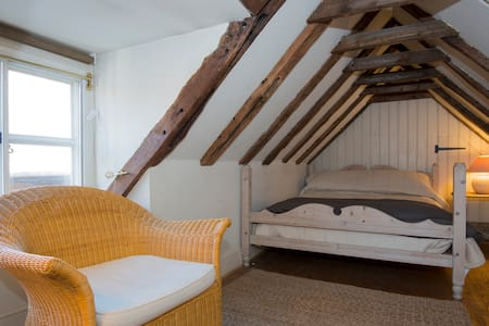 Charming 16th Century Cottage - Petworth