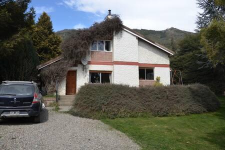 Habitación y living privado con vista a la montaña - San Carlos de Bariloche