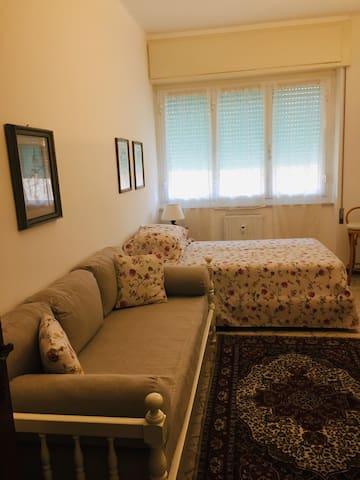Camera con 2 Letti di cui uno Larg 120 cm e l' altro Largh 90 e TV