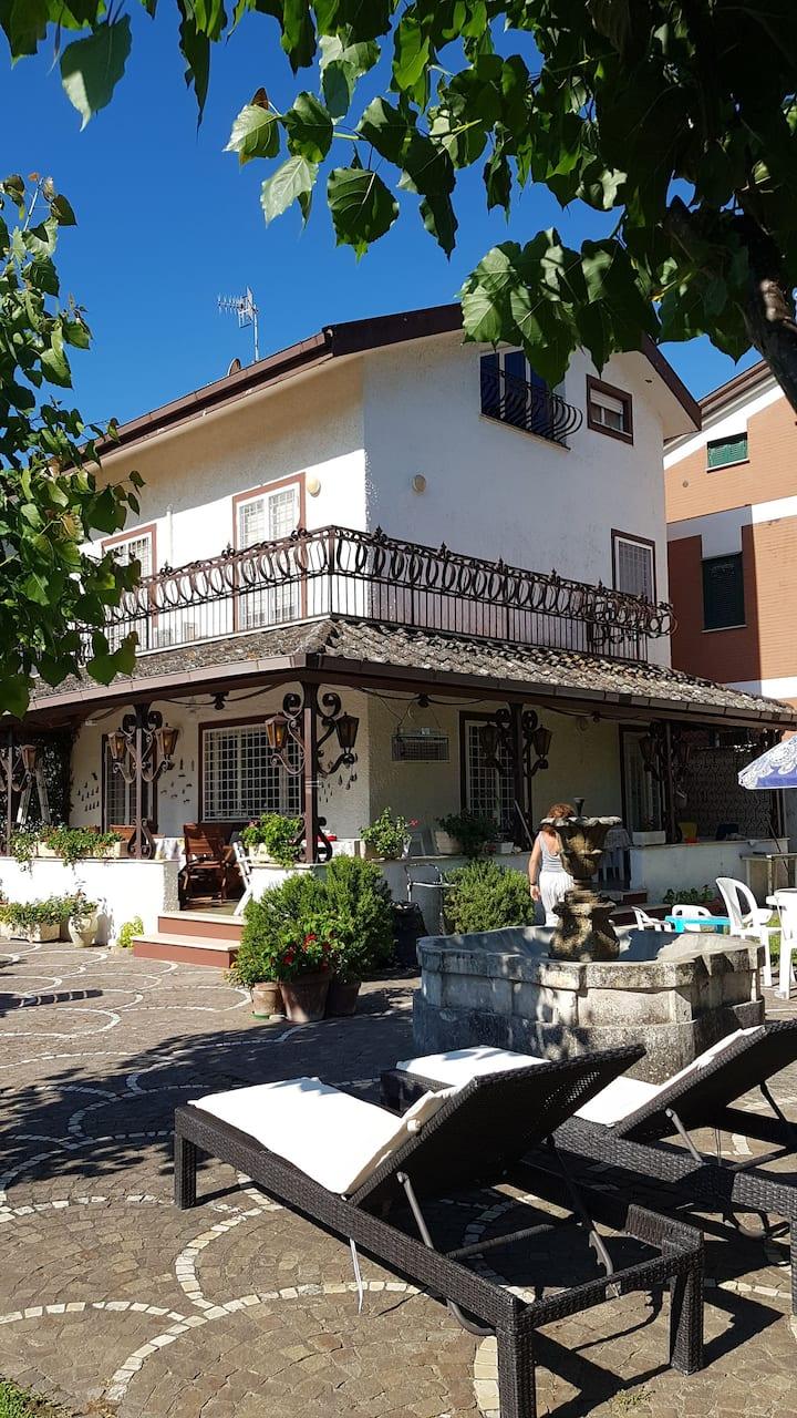 Terracina, Villa con piscina a 50mt dal mare