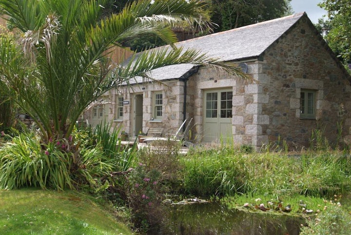 NANSBARA, beautiful barn, near sea, nr Porthallow