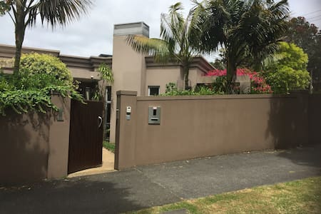 Small room in beautiful home and area - Auckland