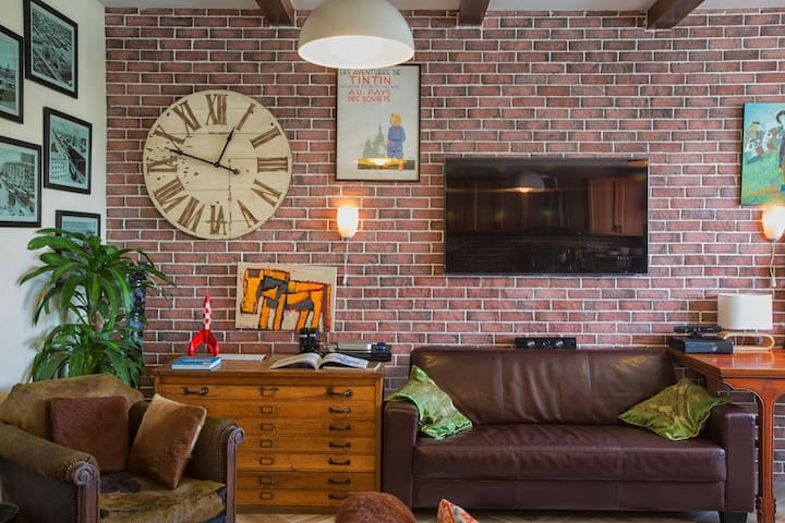 Comfy sofas, TV, old-style clock, wooden furnitures, coupled with the red-brick wall confer an atmosphere of journey.