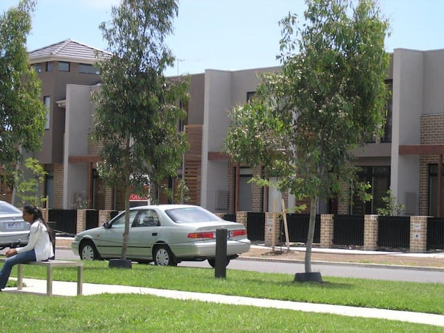 Insaa Apartments Dandenong - 4BR Townhouse - Dandenong - House