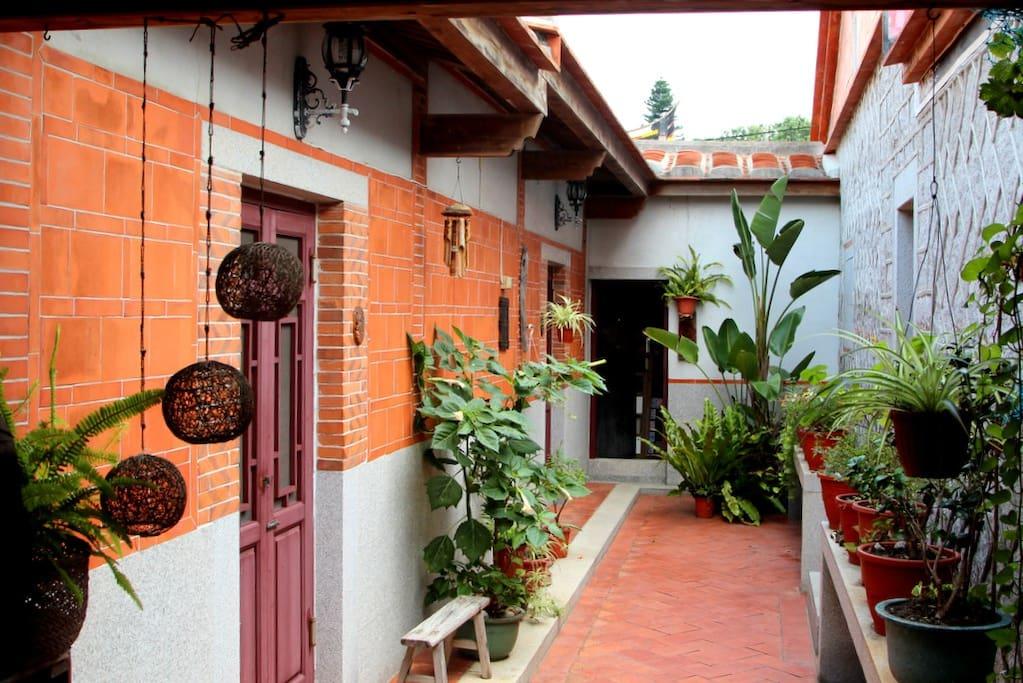 我們有2庭院以及1中庭, 外眼皆自然景觀, 環境清幽