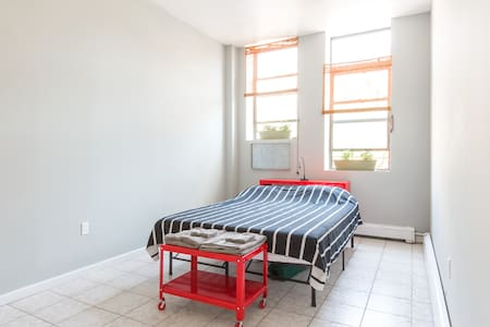 Spacious Room, 1 Block from Train! - Apartment