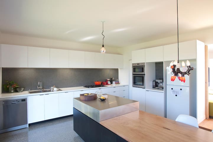 Large contemporary inner city home - West Footscray - Dom
