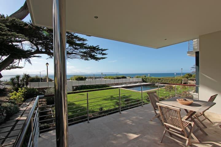 Luxurious garden-apartment, at sea