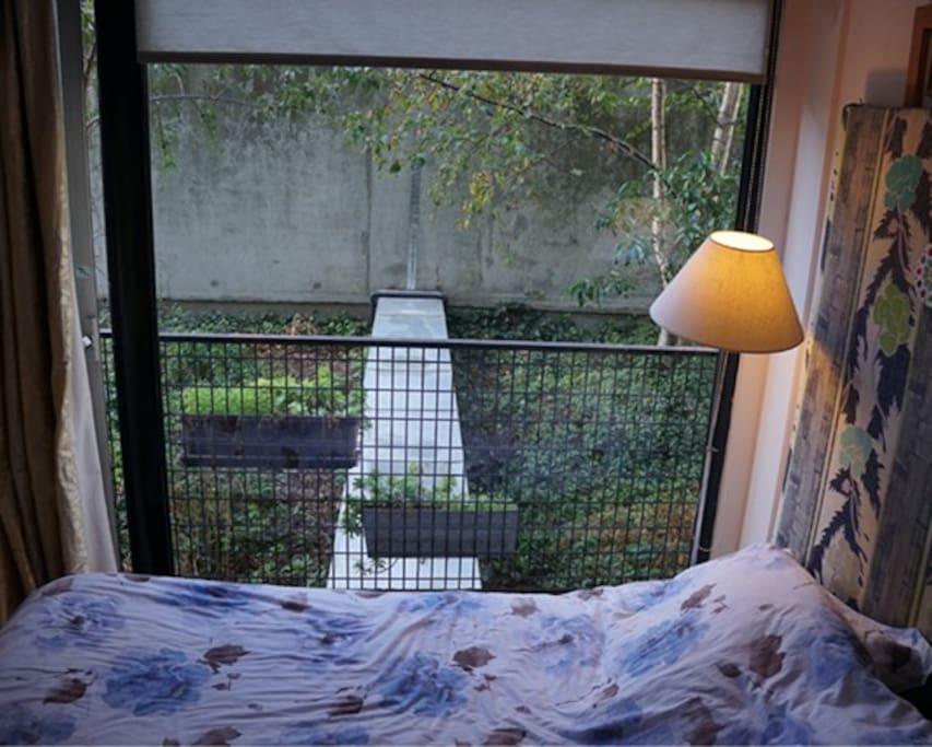 La chambre donne sur un jardin