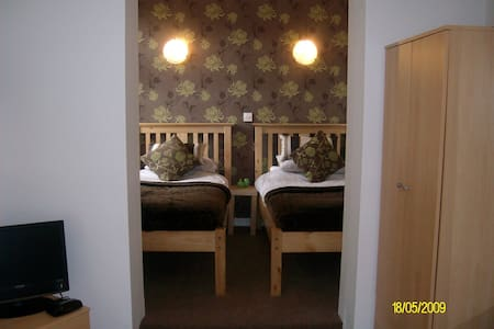 Ensuite room for 1 guest room only - Hus