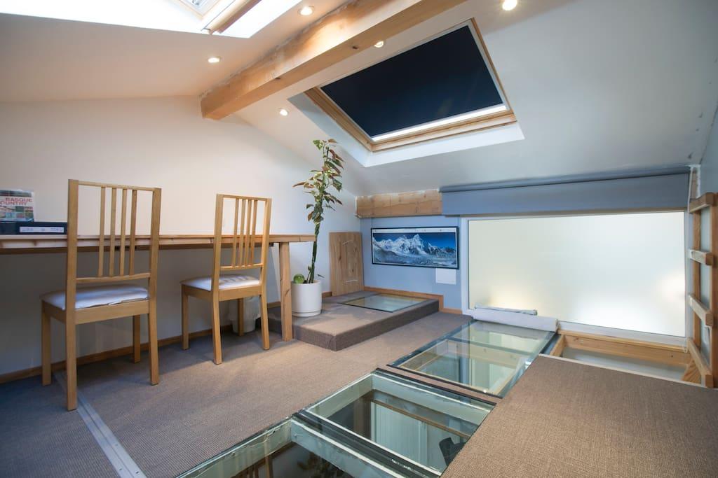 Chambre 1 mezaninne Hmax 1.95m;  Plancher bois et verre. Attention: Accès avec échelle meunier hors norme.