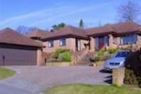 Woodcote (4th house up) - Guildford - Dom