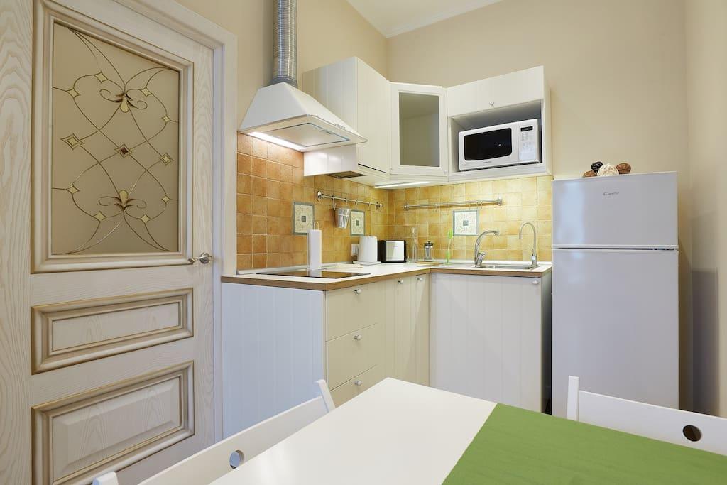 Кухня полостью оборудована . Микроволновая печь , посудомоечная машина , варочная панель , чайник , тостер ,Вся необходимая посуда . Фильтр для питьевой воды .