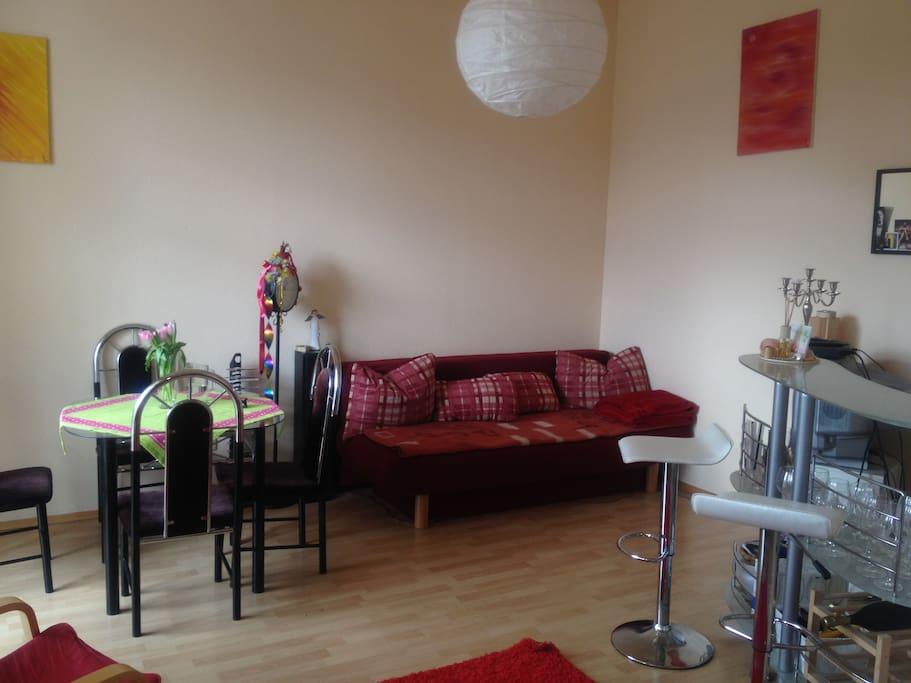 Wohnzimmer mit Coch, Tisch und Bar