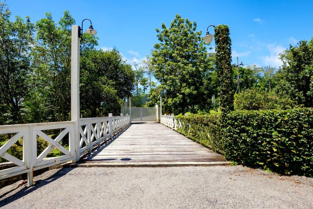 персональный мост на территории