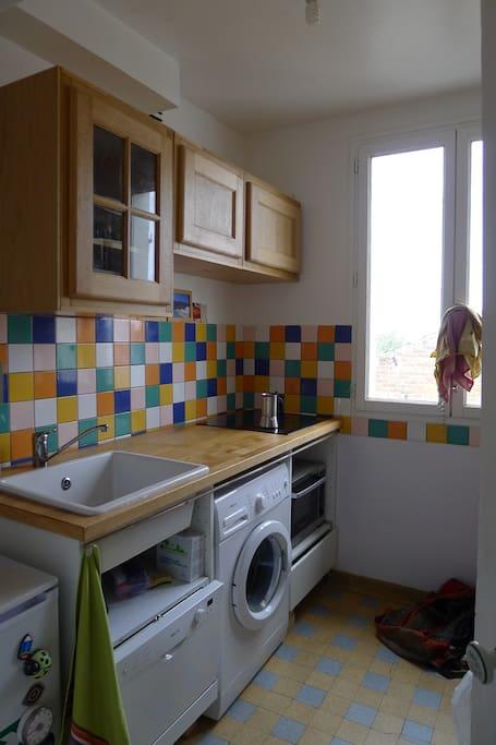 Cuisine équipée et moderne, lave vaisselle, machine à laver, plaques induction