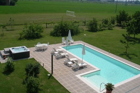 Casa delle noci, a detached villa 10 minutes from Modena, with a private pool.