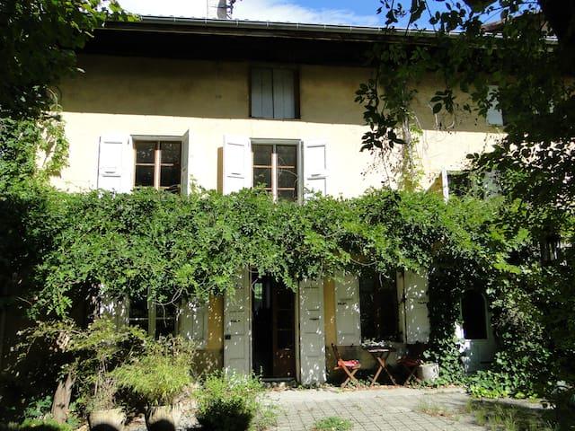 Maison de montagne pleine de charme - La Pierre - House
