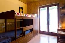 Habitación con litera, además hay una cama supletoria debajo