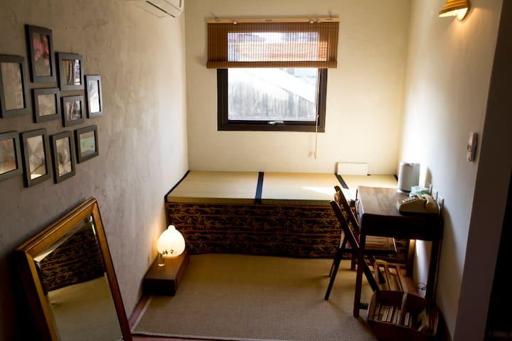 Triple Room Near Beitou MRT. Original Taipei life.