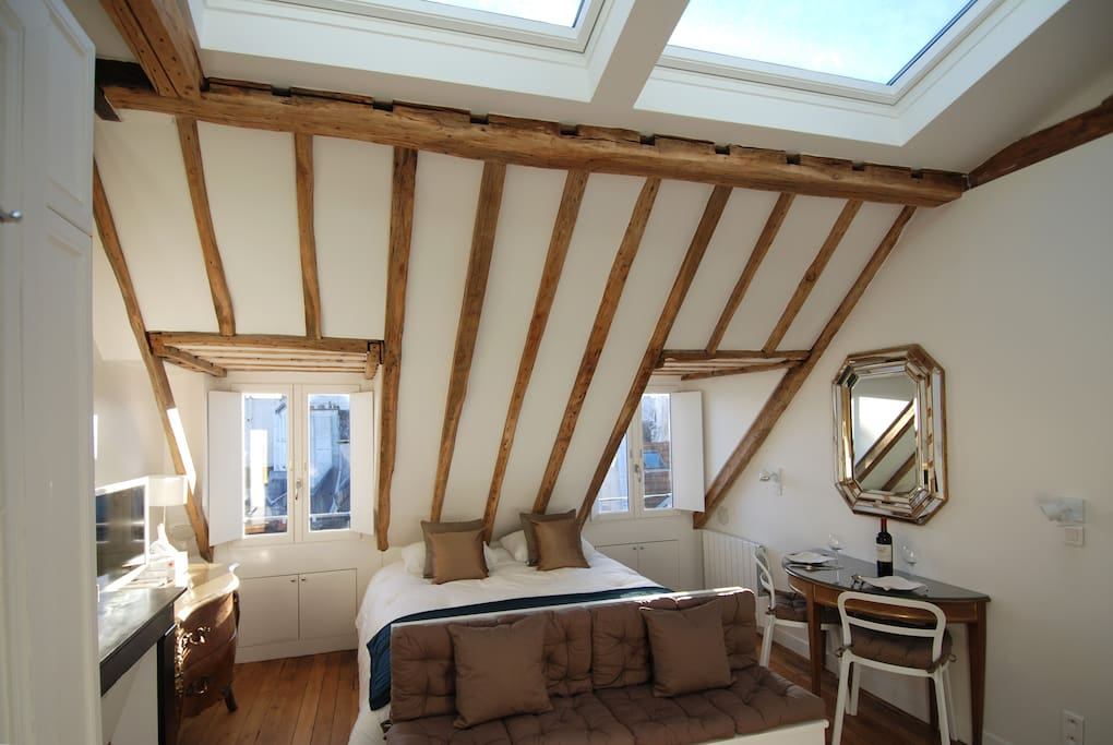 The exposed oak beams and wood floor date to the 18th century.