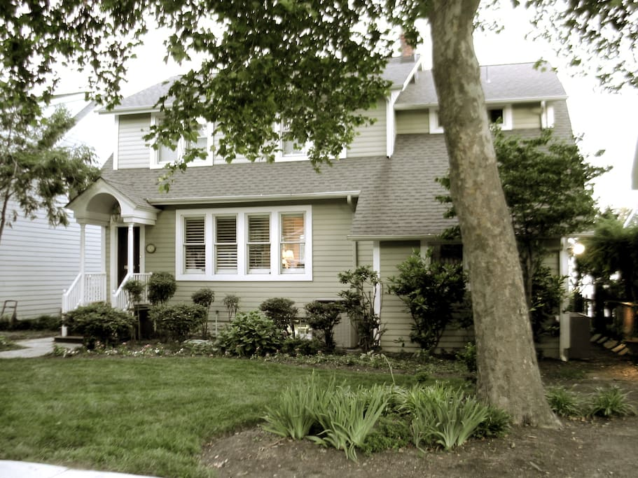 The Creek View Cottage is in Eastport. It is waterfront and an easy walk to into Annapolis, or take the water taxi.