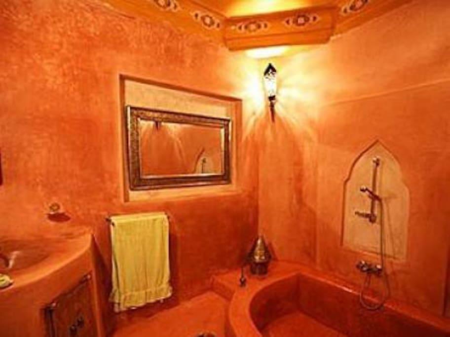 En-suite bathroom decorated in traditional tadelakt.