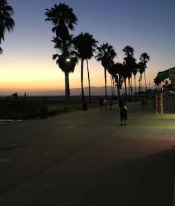 Cozy studio steps to sand + parking - Los Angeles - Apartment