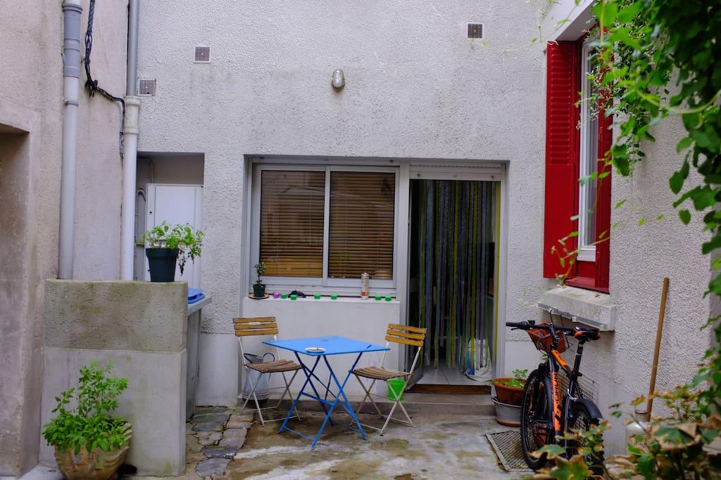 charmante maison sur cour nantes maisons louer nantes pays de la loire france. Black Bedroom Furniture Sets. Home Design Ideas