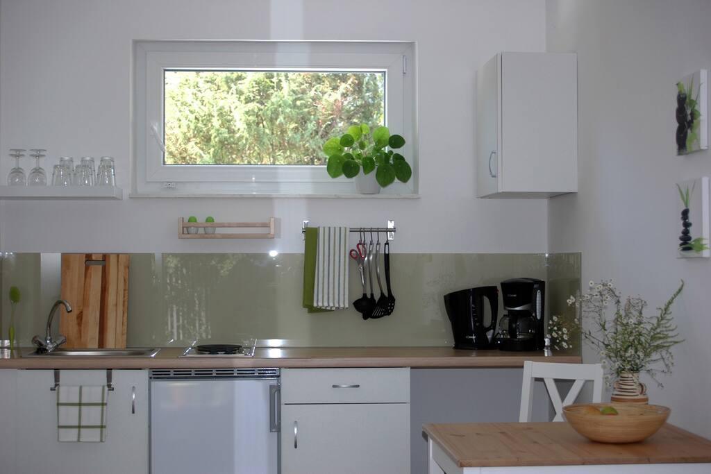 Küchenzeile mit Kühlschrank und Kochglegenheit, Toaster, Kaffeemaschine, Wasserkocher