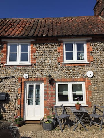 Traditional brick and flint cottage - Bodham - House