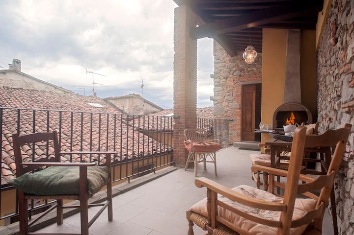 BARGA-Charming House with Terrace in the Old Town - Barga - Hus