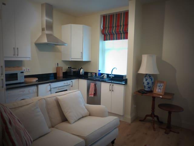 Quiet flat opposite Olympia - entire apartment