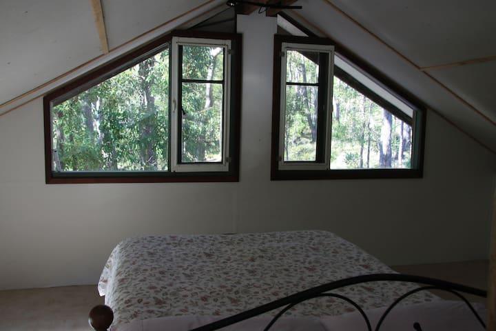 Loft bedroom - wake up in the treetops