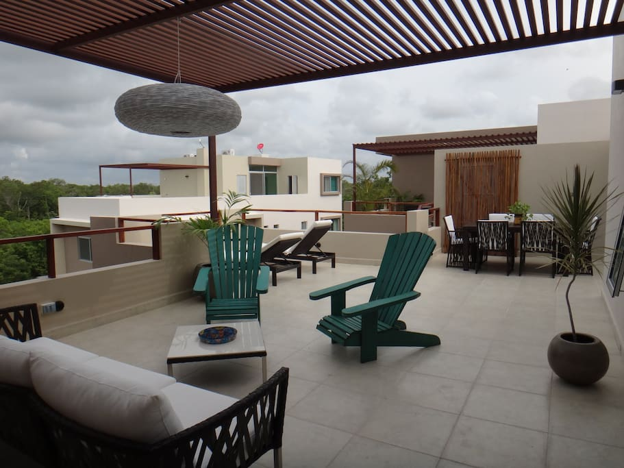 The fully eqquiped 55 m2 pano terrace has amazing views to the jungle
