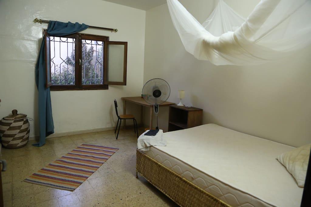 Votre chambre - matelas confortable et moustiquaire carrée