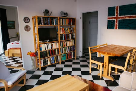 Our spacious studio comfortably fits two and is very centrally located. It rests in a quiet street, yet within walking distance to restaurants, cafes, shops, clubs and sight seeing tours. Fully equipped kitchen and a large patio. Enjoy your stay!