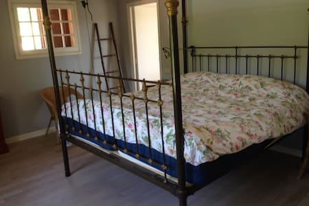 Bright and spacious bedroom - Roquefort-les-Pins - Bed & Breakfast