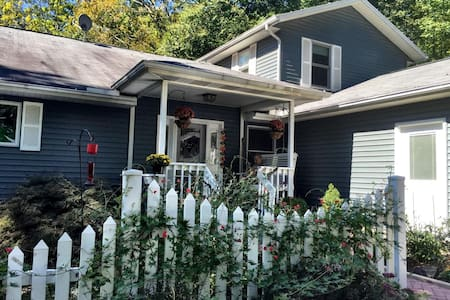 Edge of Brown County- Pines: King Suite (BnB) - Morgantown - Bed & Breakfast