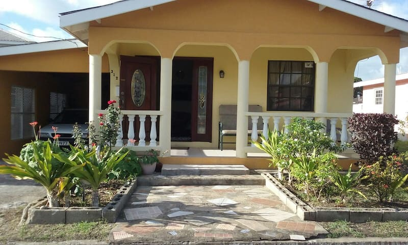 Beautiful family home in paradise!! - West Terrace Gardens - House