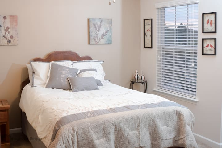 Bedroom with in-suite bath. - Virginia Beach - Wohnung