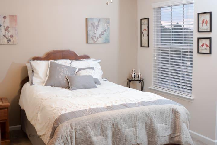 Bedroom with in-suite bath. - Virginia Beach - Pis