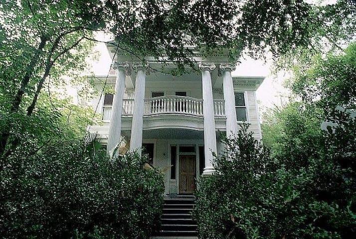 Historic Mansion Balcony Suite on Esplanade w Pool