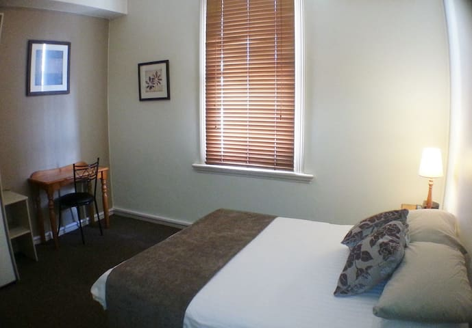 Modern boutique BnB close to trains and buses - Ashfield - Bed & Breakfast