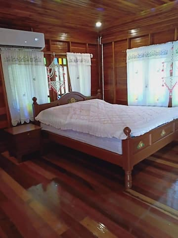 ห้องนอนเตียงไม้สัก 6 ฟุตและเตียงเดี่ยว 3 ฟุต สำหรับ 3 ท่าน