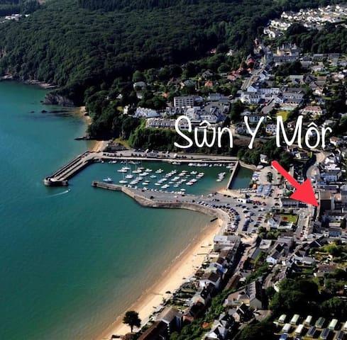 Swn y Mor, entire flat,centre of village,sea views