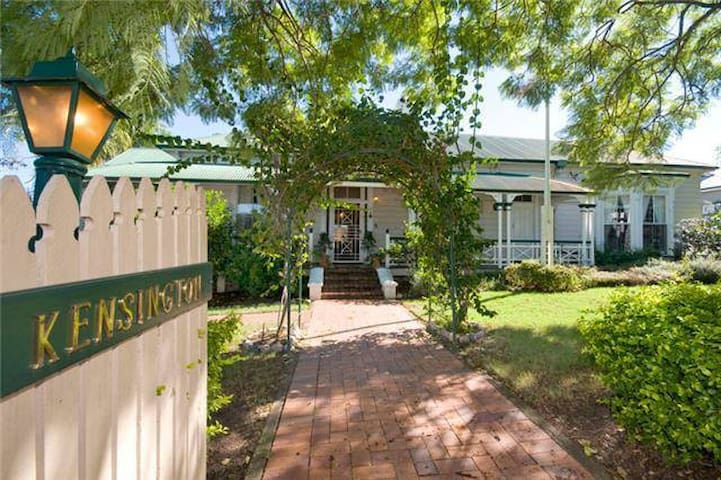 2 Bed Apartment in Luxury Colonial Home mins to UQ - Toowong - Appartamento