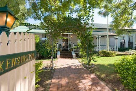 2 Bed Apartment in Luxury Colonial Home mins to UQ - Toowong - Byt